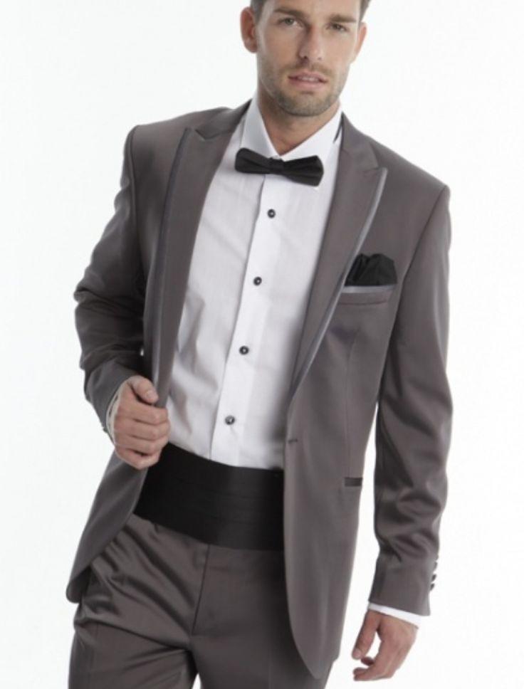 Costumul de mire BETA EVEREST din colectia Adimo 2013 este un costum elegant cu un croi modern. Costumul este format din sacou cu rever satinat si nasturi imbracati, camasa, papion, brau si pantaloni.  Culori disponibile: brown, grey, black. Marimi disponibile: 44-62 Model disponibil la vanzare si inchiriere.