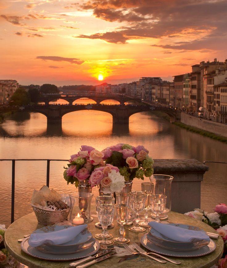Abendessen im Sonnenuntergang bei einem romantischen Trip nach Florenz, Italien.