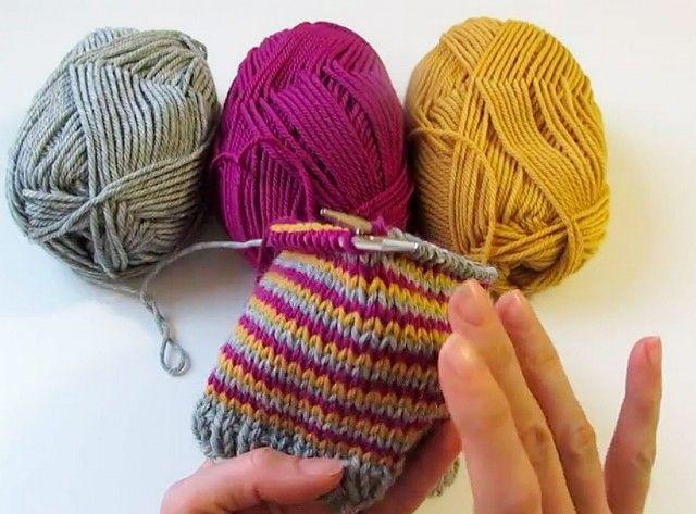 "Alle som har strikket striper vet hvor irriterende det kan være når man får ""hopp"" i mønsteret ved fargeskift i overgangen til en ny rad. Med denne metoden kan du unngå det."