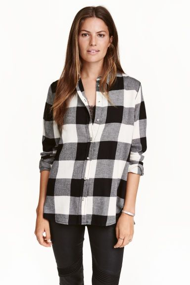 Фланелевая рубашка: Прямая рубашка из мягкой хлопковой фланелевой ткани. На рубашке отложной воротник и длинные рукава с застежкой снизу. Скругленный нижний край с разрезами по бокам и слегка удлиненная спинка.
