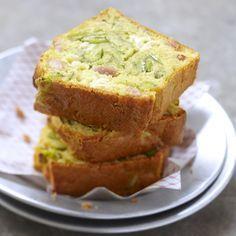 Découvrez la recette Cake à la Courgette Lardons et Fromage de Chèvre sur cuisineactuelle.fr.