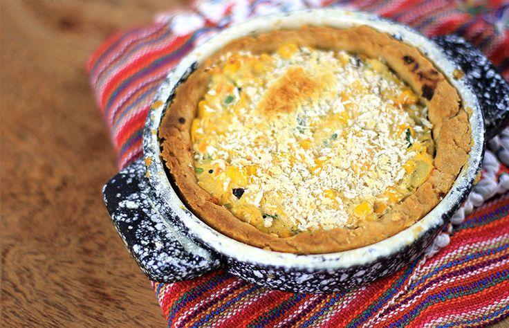 Ingredientes SUGERIDOS para o recheio: 1 colher de azeite OU óleo OU manteiga 1 cebola média, cortada em pedaços pequenos 1 abobrinha média ralada 1 cenoura grande ralada 1 lata de milho verde 1 xícara de água 1 colher (sobremesa) de amido de milho Temperos, salsinha e cebolinha Sal à gosto Panko ou queijo ralado para salpicar por cima OBSERVAÇÃO: Você pode usar o recheio que quiser. Pode incluir frango, sardinha, o que quiser. Esta é apenas nossa sugestão, o que usamos.