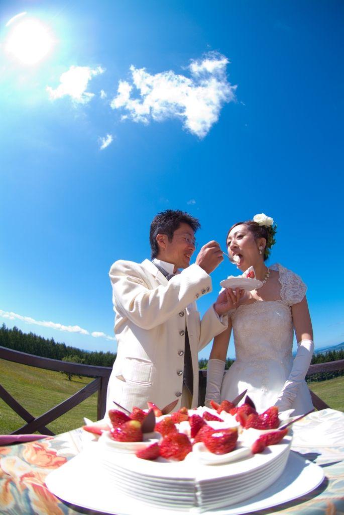 リゾートウェディングは青空の下でファーストバイト♡結婚式のファーストバイトのアイデア♡ウェディング・ブライダルの参考に♪