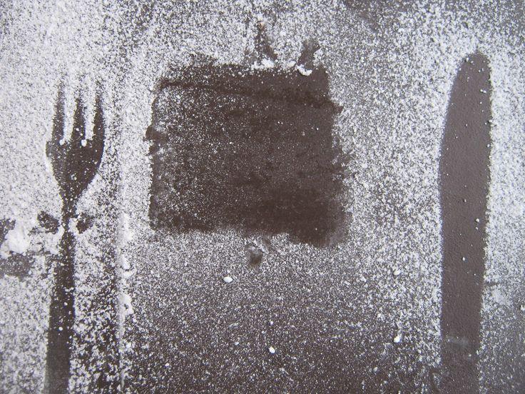 Brownies aus der Hummingbird Bakery  Zutaten (für ca. 12 Stück; ich habe die Hälfte genommen und meine 4 Tartletteförmchen damit gefüllt)  200 g #dunkle #Schokolade, grob gehackt 175 g #Butter 300 g Zucker 1 Prise Salz 130 g Mehl 3 #Eier eine kleine handvoll geröstete #Espressobohnen, in einem Gefrierbeutel und mithilfe eines Nudelholzes zerkleinert ODER 75 g dunkle Schokolade, grob gehackt ODER einige Oreokekse ODER alle drei gerade aufgelisteten Zutaten zum Verfeinern