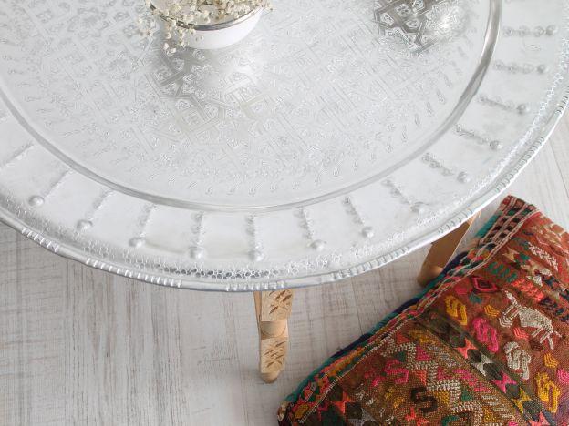 mesa marroquí compuesta de bandeja de aluminio y patas de madera. daramina.es
