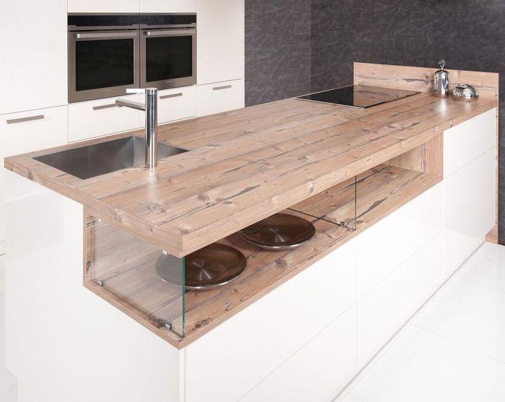 Die Schlichtheit Weiß erhält durch die Kombination von Massivholz und Glas eine…