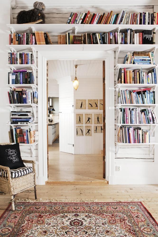 LESEKROKEN: Åpne hyller gir plass til favorittbøkene. På veggen i gangen ses noenplansjer som familien fant på loftet i skolestuenunder opprydningen. Plansjene visergymnastikkøvelser.