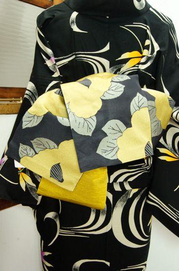 シックな黒の地に、優しい黄色が美しく映える大輪の椿の花浮かぶ半幅帯です。 #kimono