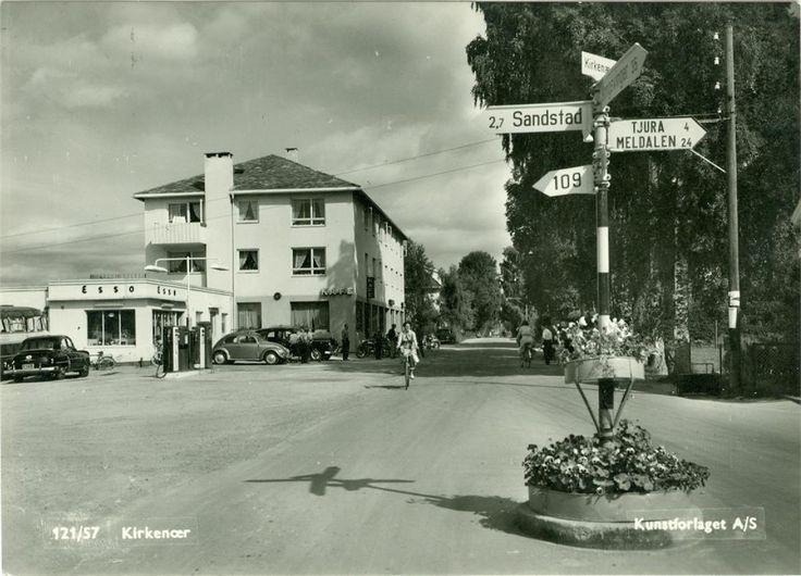 Kirkenær sentrum Grue kommune Hedmark fylke 1950-tallet Esso bensinstasjon Biler folk og veiskilt Foto: Kunstforlaget