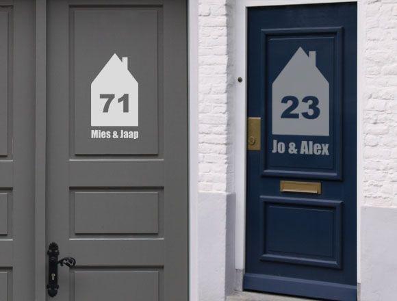 Ipv van een naambordje aan de muur, een gave sticker op je buitendeur