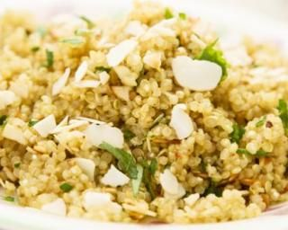 Salade de quinoa aux herbes et parmesan spécial régime dissocié : http://www.fourchette-et-bikini.fr/recettes/recettes-minceur/salade-de-quinoa-aux-herbes-et-parmesan-special-regime-dissocie.html