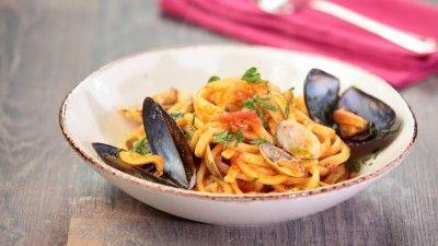Ricetta Spaghetti vongole e gamberetti: In una padella fate aprire le vongole senza farle cuocere troppo. Sgusciatele tenendo da parte il loro brodo di cottura dopo averlo filtrato bene. In una padella versate dell'olio d'oliva aggiungete tre spicchi d'aglio tritato, rosalate...