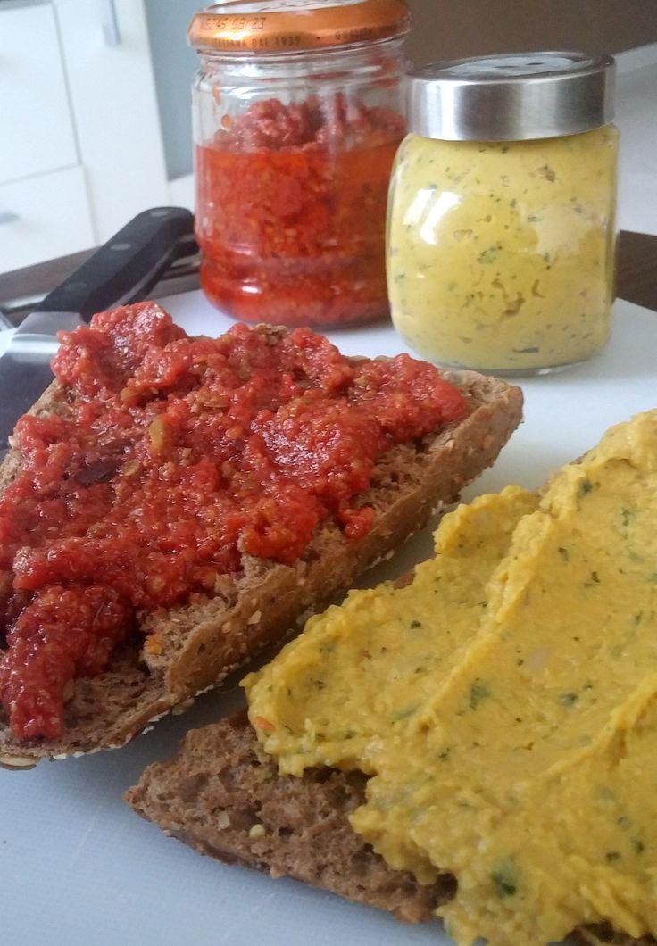 tomatentapenade en koriander bonen spread voor op toast, brood of toastje.