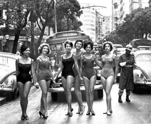 Candidatas a Miss Guanabara parando o trânsito. Rio de Janeiro, anos 60.
