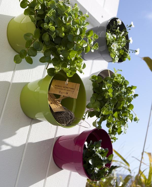 La thématique du mur végétal est en vogue, voici notre petite astuce pour qu'en plus d'amener de la verdure, l'installation soit décorative et colorée !