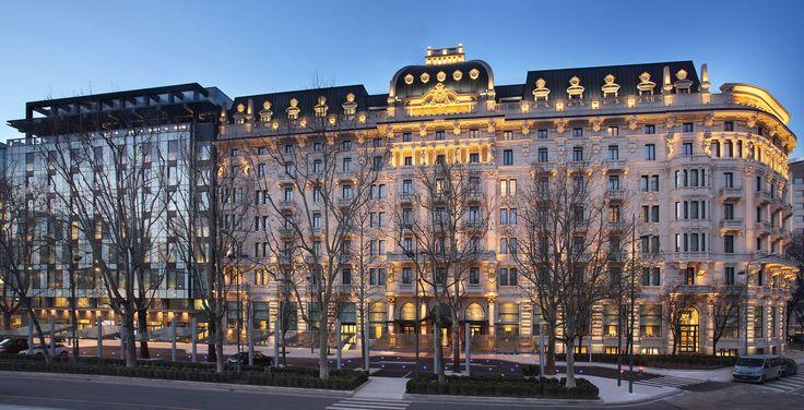 Hotel Gallia torna a splendere con l'impianto elettrico della serie Idea di Vimar. Esterni notturno scintillante.