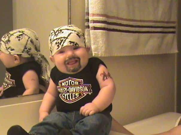 un papa déguise son bébé en biker