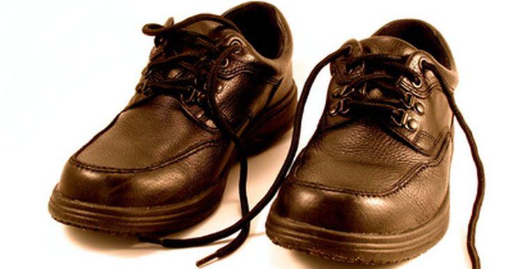 Cómo colocar los cordones en zapatos elegantes de hombre . Puedes colocar cordones de muchas formas diferentes. Sin embargo, algunas formas son mejores que otras para ciertos tipos de zapatos. Si tienes un par de zapatos elegantes para hombre, un buen método es el romano (nombrado así porque los cordones forman un patrón X-I-X-I). Este método es limpio y ordenado y provee una apariencia decorativa que ...