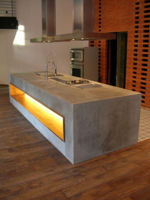 Betonnen keuken, fraai contract met dat geel/oranje licht.