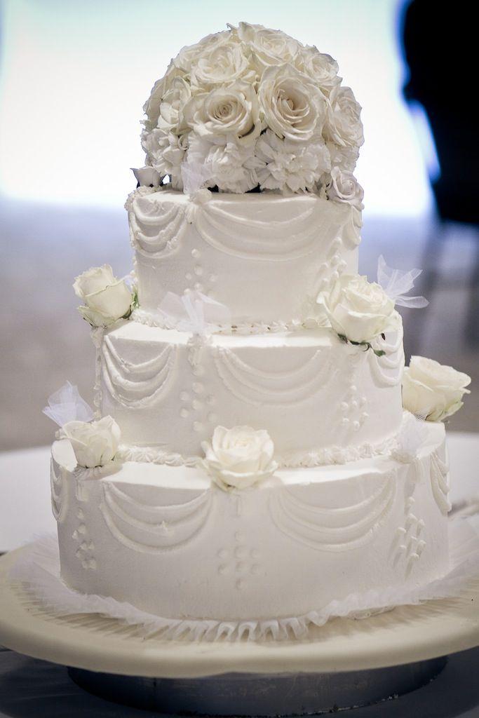 torta di matrimonio con la panna bianca