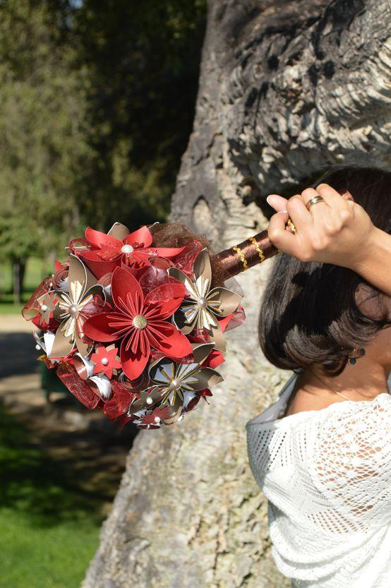 Ramo de novia Deep Red inclinado para confirmar que ningún material se mueve. El ramo no se desarma.