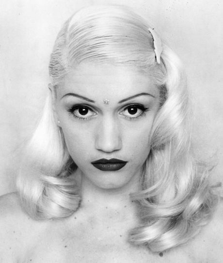 This beautiful 40's hair style has both flat and wavy elements to perfectly complement Gwen Stefani's angelic face #gwenstefani #hair