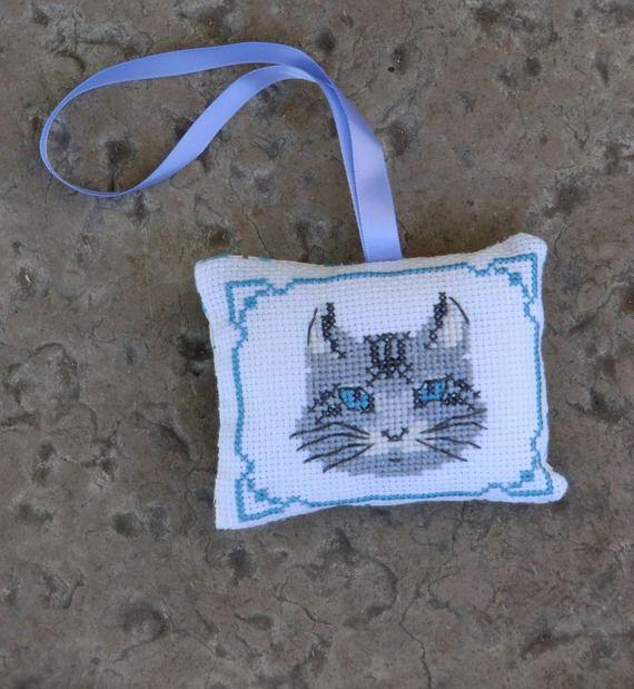 Petit Coussin, en tissu, brodé tête de chat gris, 8cm X 10 cm, 100% Fait Main                                                                                                                                                                                 Plus
