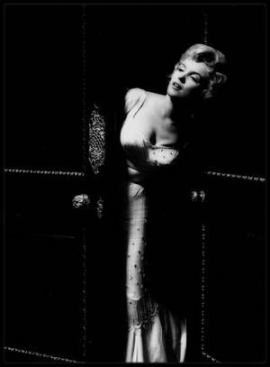 """1956 / Sur le tournage du film """"The Prince and the showgirl"""", sous l'objectif du photographe Milton GREENE. / PROPOS de Laurence OLIVIER sur Marilyn : - """"Ma haine pour elle est l'une des émotions les plus fortes que j'aie jamais ressenties."""" Le tournage n'aurait pu débuter plus mal : Marilyn, qui se débarrassait enfin du carcan des rôles sexy auxquels on l'avait cantonnée, et appliquait avec empressement l'introspection et la recherche de motivation prônées par """"la Méthode"""", reçut de…"""