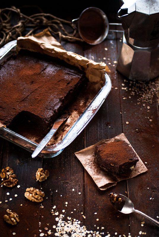 Brownie vegan base dattes-flocons  300 g de dattes + 150 ml d'eau 1 à 2 pincées de sel Une pointe de couteau de vanille 200 g de flocons de sarrasin 75 g de cacao en poudre 50 g de purée de noix de cajou 30 g de purée de noisette 7 g (2 c. à c.) de café soluble 75 g de noix de Grenoble, grossièrement hachées Ganache   120 g de dattes + 100 ml d'eau 25 g de beurre de cacao fondu 15 g de purée de cajou 20 g de cacao en poudre Une pointe de couteau de vanille Une pincée de sel