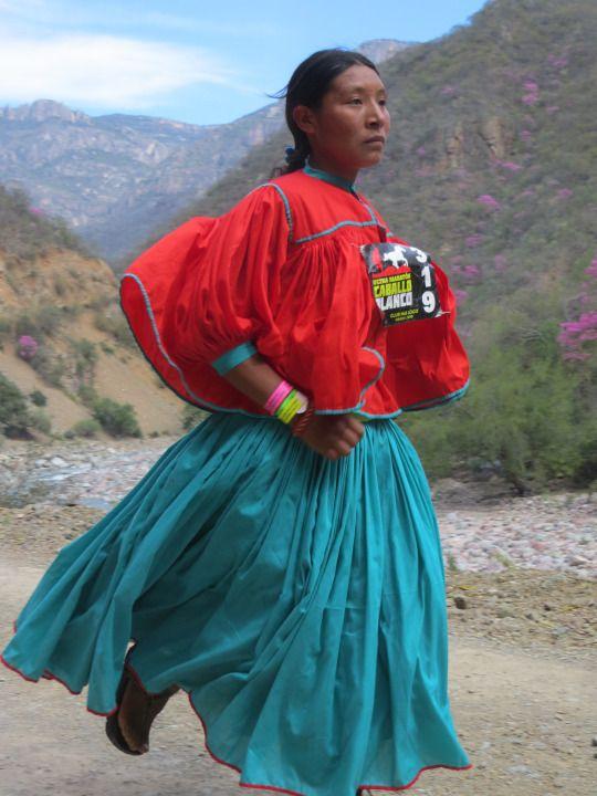 Mujer raramuri corre en la carrera Caballo Blanco en el Cañon del Cobre, Chihuahua, México.