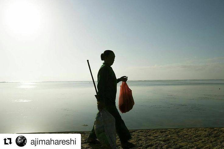 From @ajimahareshi (@get_repost)  Cerita Hijau #1 Pagi ini terasa indah dengan alam yang menakjubkanbeberapa aktifitas dilakukan dari sebelum matahari terbit. Ketika siang menjelangsaat matahari menerangi setiap sudut garis pantai baru terlihat cerita hijau telah dimulai. --------------------------------------------------------------------------- #mybeyonddestination #life #nature #travelblog #greenpeace #knsp #balibeach #baliclean #beach #bali #ajimahareshi #travelstory #storyteller…