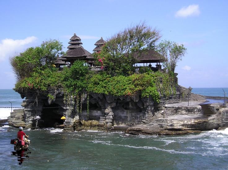 Tanah Lot, de  zeetempel van Bali. De tempel ligt op een rots voor de kust, vlakbij Kuta. Indonesie