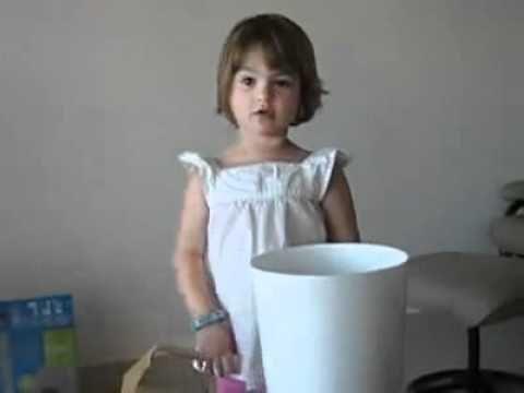 ▶ Comptine du recyclage La poubelle a bien mangé, Maintenant il faut digérer ! Attention elle va déborder, Je crois bien qu'elle a trop mangé ! Retirons tout c'qui est carton, Son bedon sera moins rond ! Les canettes, les bouteilles, le papier, Devront être séparés ! La poubelle te remerciera, La Terre entière criera : « HOURRA ! »