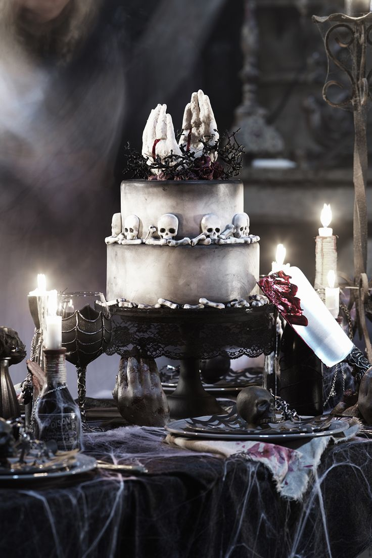 Halloween wedding cake www.panduro.com Halloween by Panduro #DIY #table setting  #ghost #spooky #skull #blood #knife #black #scary #tårta #läskig #hand #wedding #weddingcake #ring #döskalle #bones #bröllopstårta #bröllop #pyssel