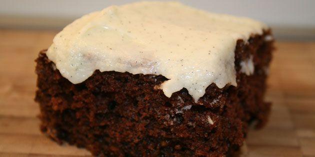 Den færdige chokoladekage med banan og lækker vaniljecreme på toppen