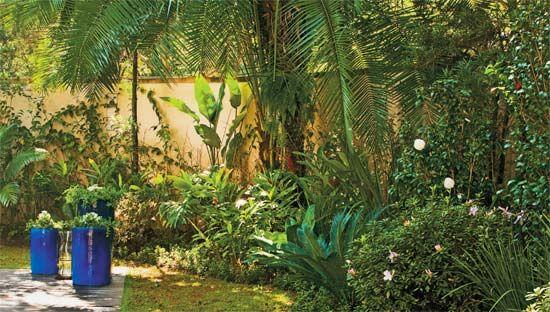 """Este jardim apresentou três desafios ao paisagista Roberto Riscala. """"O muro..."""