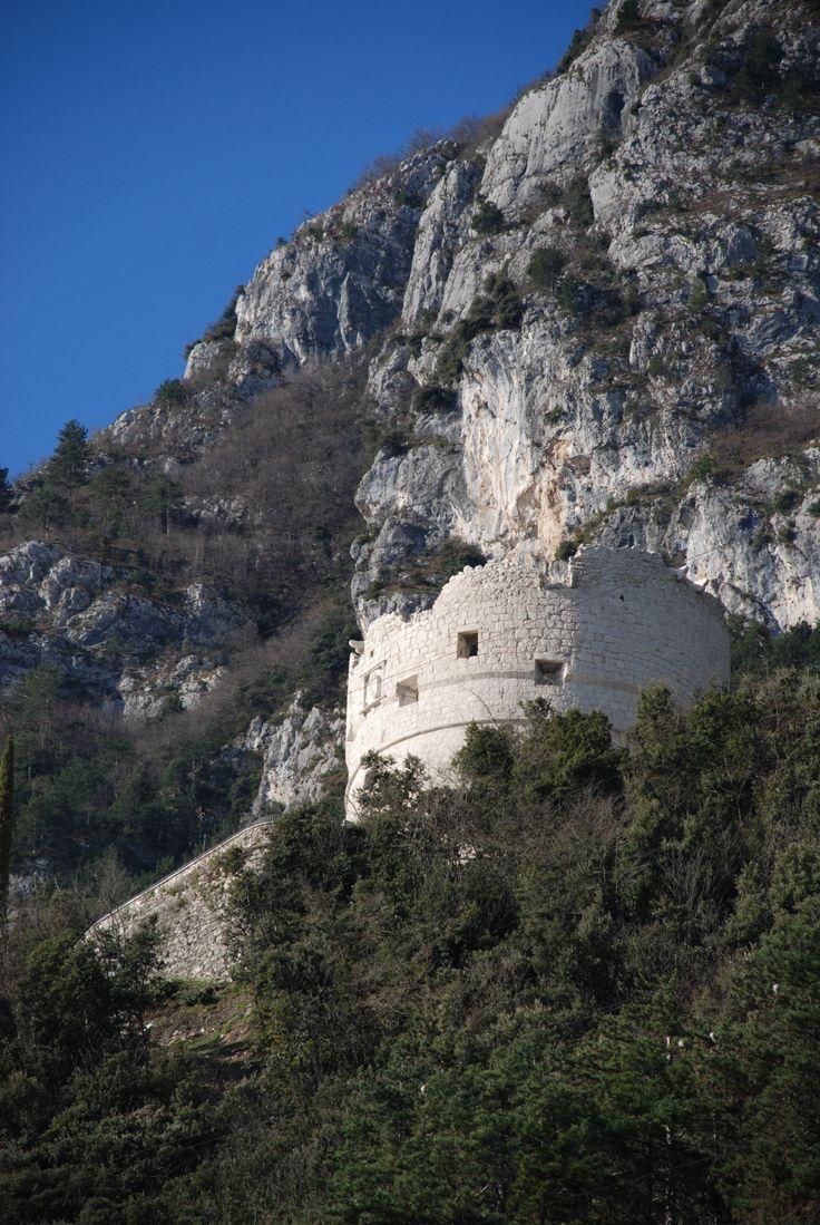 """""""Bastione"""" - Die #Bastion wurde von den Venetianern 1507 errichtet und ist heute ein Symbol von #RivaamGardasee. Sie ist mühelos erreichbar, mit einem schönen #Spaziergang im #Wald (20 Min.).   Weitere Infos:  www.gardatrentino.it/de/Wandertouren-Gardasee"""