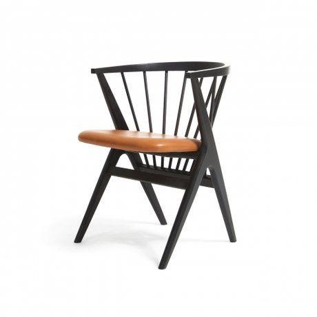 Причудливо соединенные между собой в практичное сиденье планки стула Ink в своей передней части переходят в каркасную опору из четырех широко поставленных ножек. Индустриальный минимализм такого стула неоспорим, но для конструктивного стиля он также превосходно подойдет. Легкость конструкции и простота в уходе и хранении позволяют использоватьстул Inkкак в помещениях, так и под открытым небом, будь то в кафе или на террасе загородного дома.