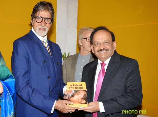 """The Union Minister for Health and Family Welfare, Dr. Harsh Vardhan presented the book authored by him """"A Tale of Two Drops"""" to the UNICEF Goodwill Ambassador, Mr. Amitabh Bachchan, at a function, in New Delhi on July 27, 2014."""