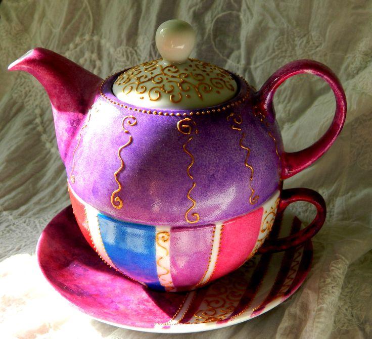 Alice in Wonderland's tea for one. Hand painted by Handmade Sister (www.handmadesister.blogspot.com)