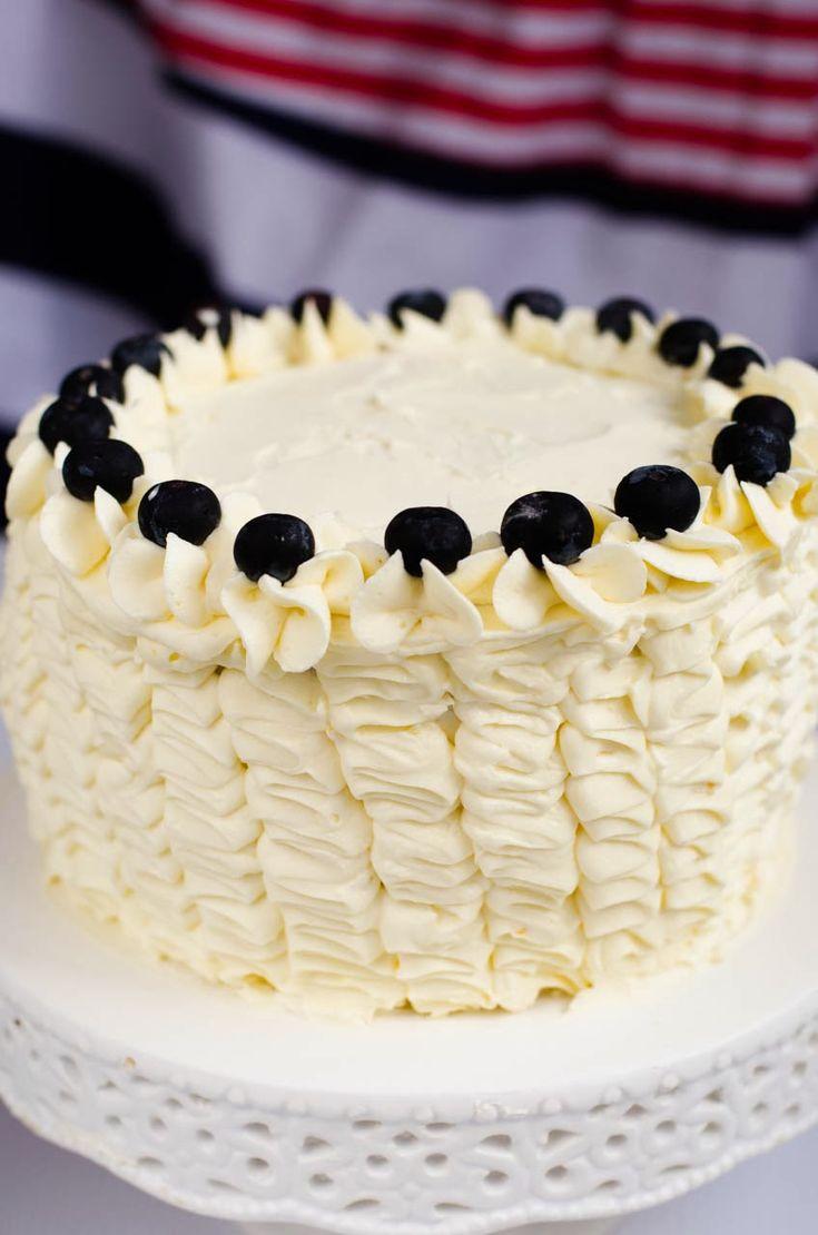 Ruffle Cake de Mirtilo Mesclado com Buttercream de Limão: Essa semana foi aniversário do Bernardo. Como todo mundo sabe, é raro passar algum aniversário sem que eu faça um bolinho para comemorar. E, ...