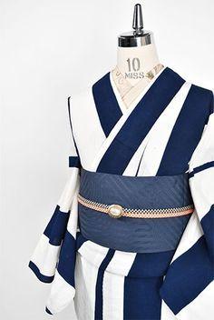 白と紺の幅広ストライプが大胆に染め出されたモダンでアートな注染レトロ浴衣です。