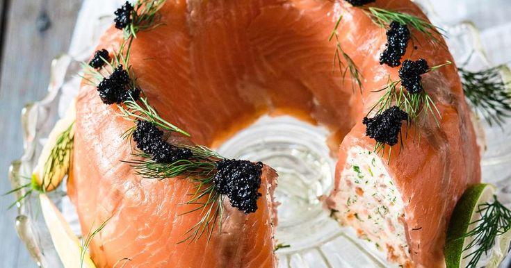 Korvaa joulupöydän kalaruoat hyydytettävällä lohimoussella, jossa maistuvat mäti ja piparjuuri. Näyttävä kakku on kätevä valmistaa pari päivää ennen tarjoilua.
