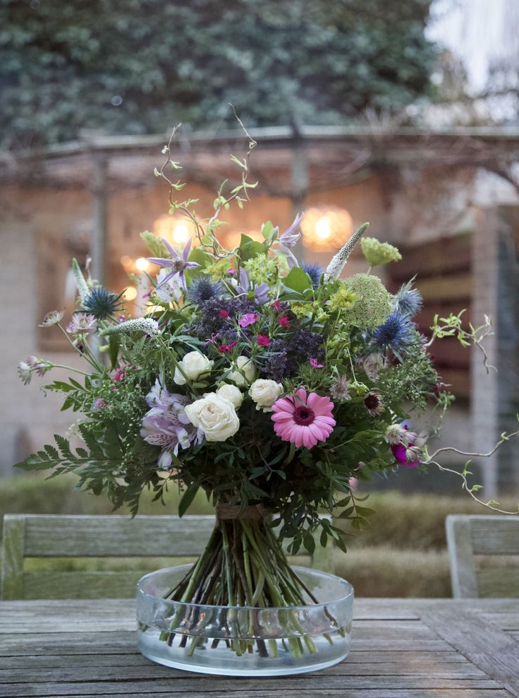 Boeket van fijne bloemen en groen #boeket #bouquet #flowers #bloemen #lekkerwild #bloemschikken #bloemstyling #floralstyling #flowerstyling #purpleandpink