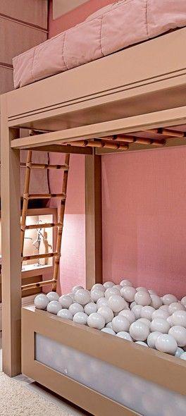 A escada que serve de apoio para a menina se pendurar e a que dá acesso à cama são feitas de bambu, material leve e resistente. Vale lembrar que a recomendação do Ministério da Saúde é que apenas maiores de 6 anos durmam em beliche (e sempre com grades)