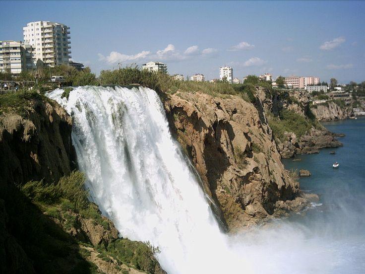 Antalya Ucuz Uçak Bileti   Dört mevsim turizm cenneti olan Antalya, doğal plajları zengin tarihi eserleri ile her yıl binlerce turisti ağırlar.   Turizmin başkenti niteliği taşıyan bu eşsiz şehrin en bilindik sahilleri kumlu olan Lara ve çakıllı olan Konya Altı sahilleridir.     Yaz kış denize girilebilir. Sadece gündüz keyifli vakit geçirebileceğiniz bir yer olmasının dışında Antalya, gece eğlenceleri ile de ünlüdür.  http://anitur.com.tr/yurtici-ucak-bileti/antalya