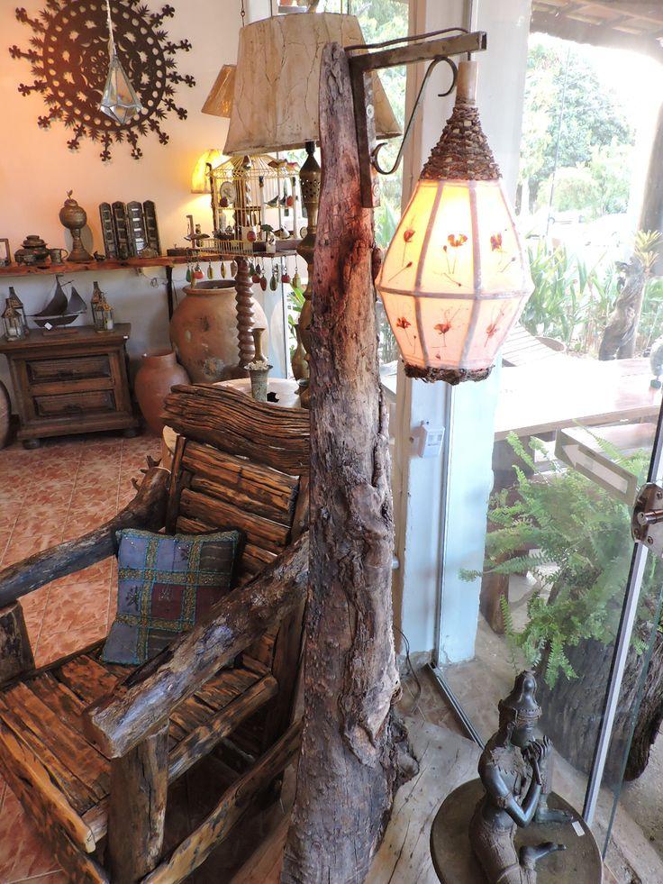 Abajur e cadeira de madeira recuperada do Sul de Minas e do Cerrado Brasileiro