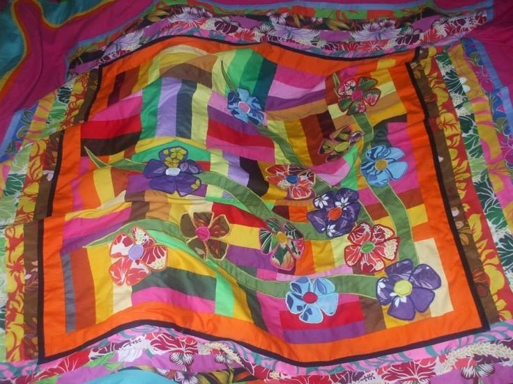 Applique de fleurs et patchwork sur drap fuschia