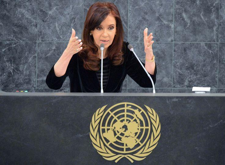 """La presidenta Cristina Fernández brindó un discurso ante la 68ª. Asamblea anual de las Naciones Unidas, en la ciudad de Nueva York.    La Jefa de Estado volvió a reclamar una reforma en el Consejo de Seguridad de la ONU, emplazó al gobierno de Irán para que apruebe el tratado para interrogar a los imputados en el caso AMIA y advirtió lo """"insólito"""" del caso que se dirime en la Justicia estadounidense contra los fondos buitre."""