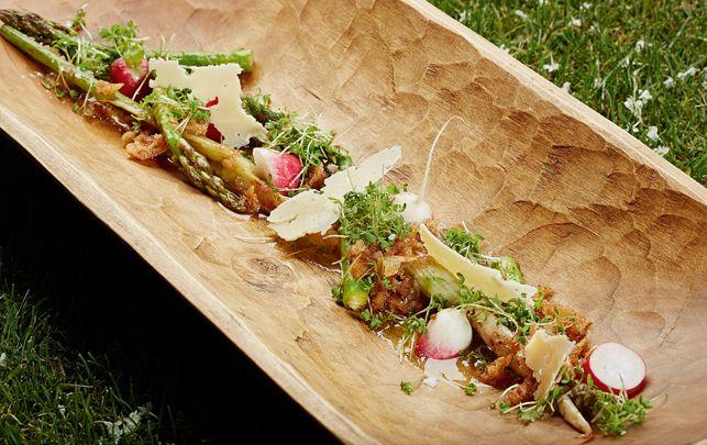Salat af grillet spæd fennikel og asparges med rå radiser, ost og brødvinaigrette